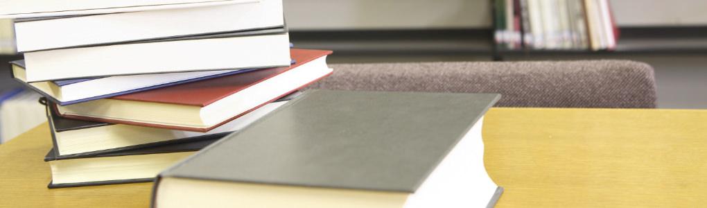 机の上にある本