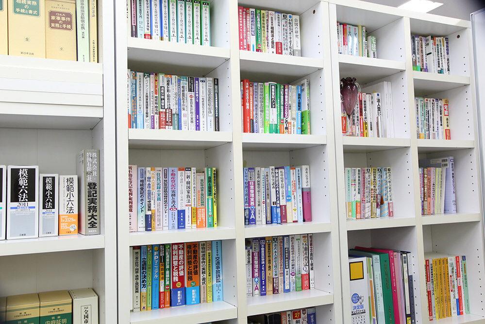 法務事務所の本棚